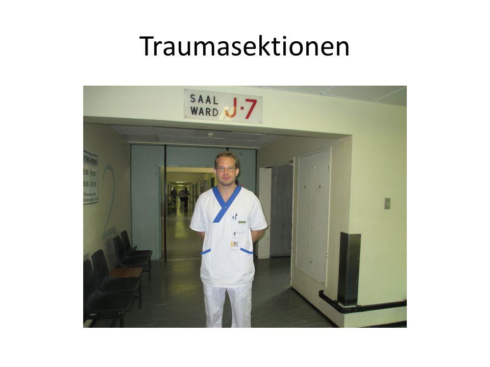 Egen akut för traumafall frontroom • Traumateamet =1 Medical Officer (MO) • =akutläkare • Får stöd av traumakirurgen • Sjuksköterskorna har en mindre uttalad roll än hos oss Medical Officer
