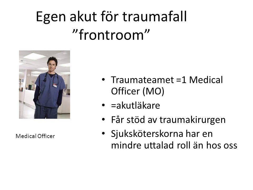 """Egen akut för traumafall """"frontroom"""" • Traumateamet =1 Medical Officer (MO) • =akutläkare • Får stöd av traumakirurgen • Sjuksköterskorna har en mindr"""