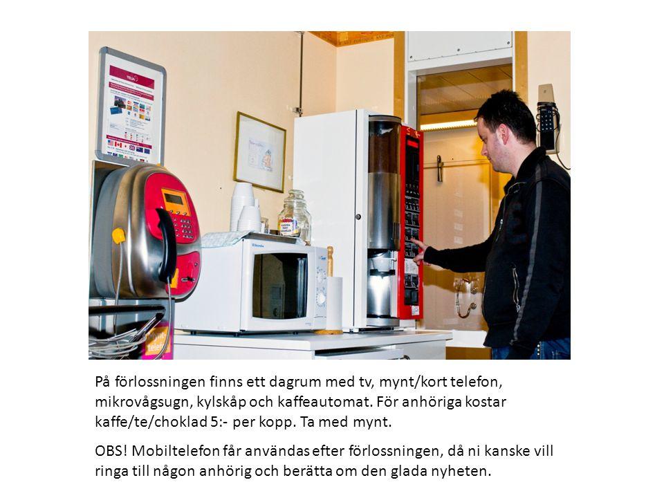På förlossningen finns ett dagrum med tv, mynt/kort telefon, mikrovågsugn, kylskåp och kaffeautomat.