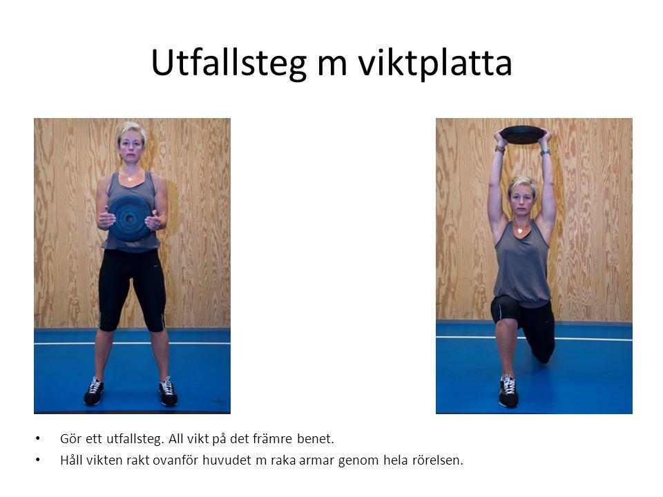 Utfallsteg m viktplatta • Gör ett utfallsteg. All vikt på det främre benet. • Håll vikten rakt ovanför huvudet m raka armar genom hela rörelsen.