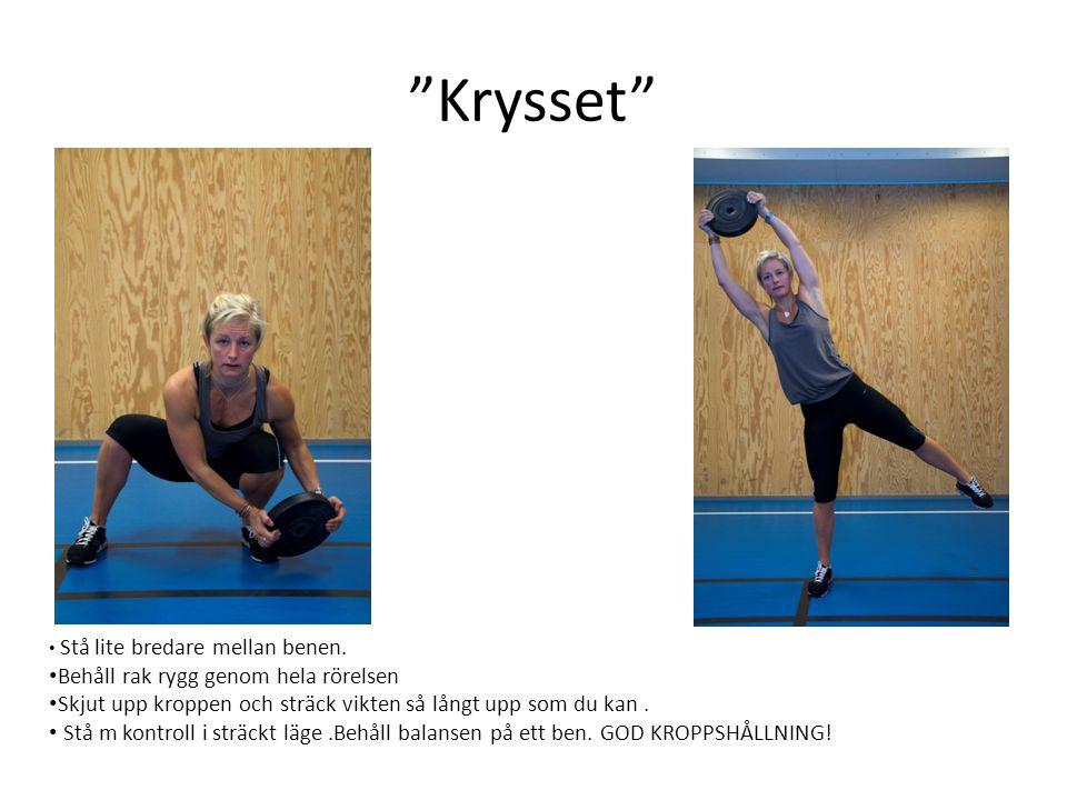 """""""Krysset"""" • Stå lite bredare mellan benen. • Behåll rak rygg genom hela rörelsen • Skjut upp kroppen och sträck vikten så långt upp som du kan. • Stå"""
