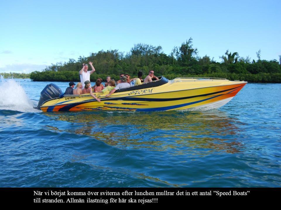 """När vi börjat komma över sviterna efter lunchen mullrar det in ett antal """"Speed Boats"""" till stranden. Allmän ilastning för här ska rejsas!!!"""