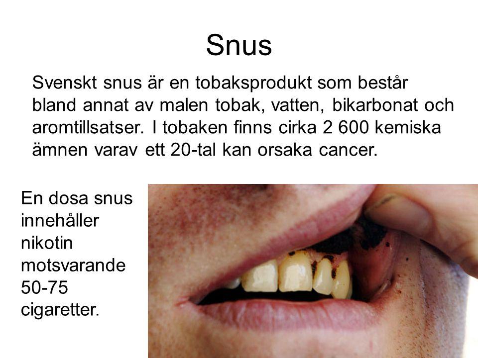 Snus Svenskt snus är en tobaksprodukt som består bland annat av malen tobak, vatten, bikarbonat och aromtillsatser. I tobaken finns cirka 2 600 kemisk