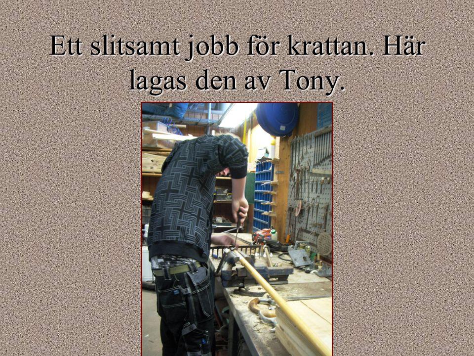 Ett slitsamt jobb för krattan. Här lagas den av Tony.