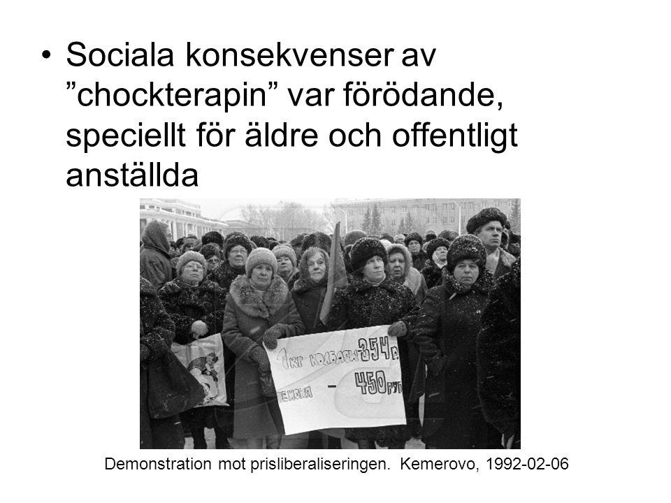 """•Sociala konsekvenser av """"chockterapin"""" var förödande, speciellt för äldre och offentligt anställda Demonstration mot prisliberaliseringen. Kemerovo,"""