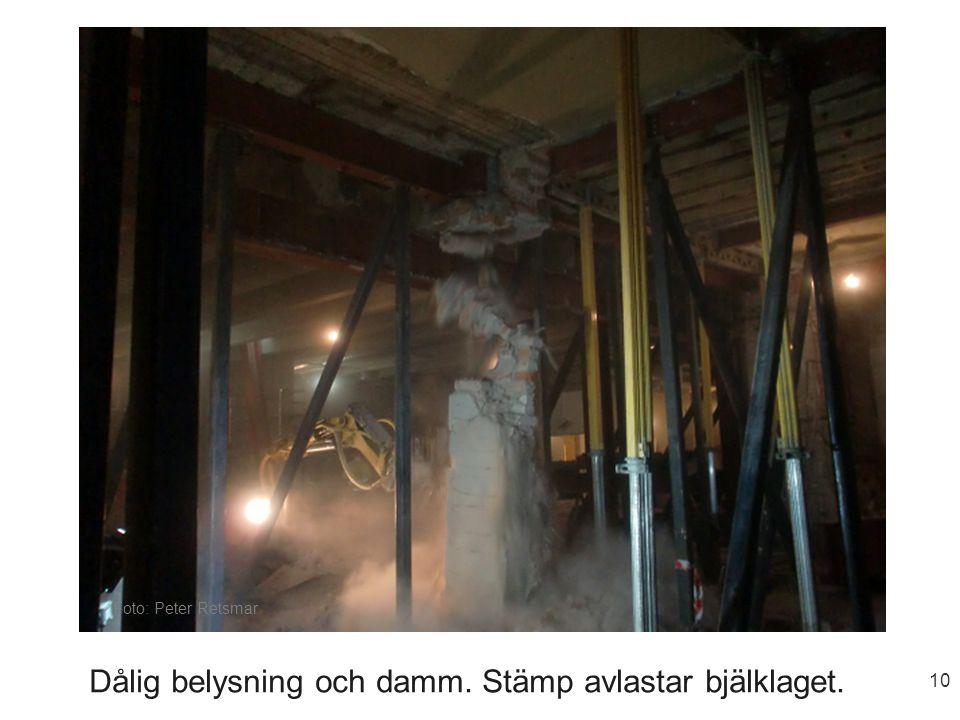 10 Dålig belysning och damm. Stämp avlastar bjälklaget. Foto: Peter Retsmar