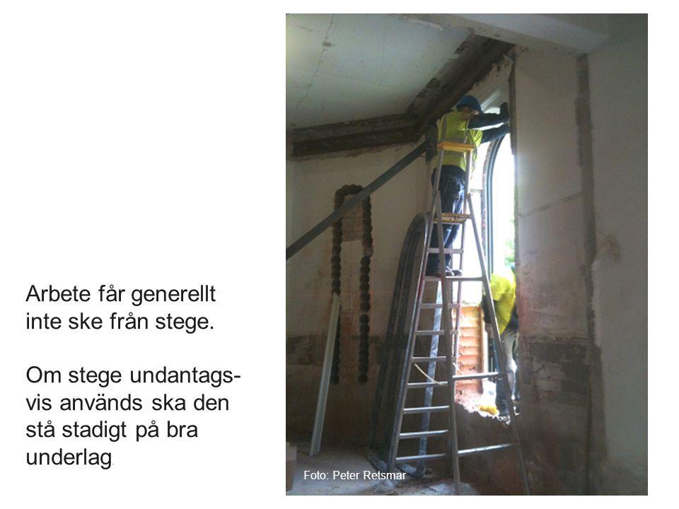 Arbete får generellt inte ske från stege. Om stege undantags- vis används ska den stå stadigt på bra underlag. Foto: Peter Retsmar