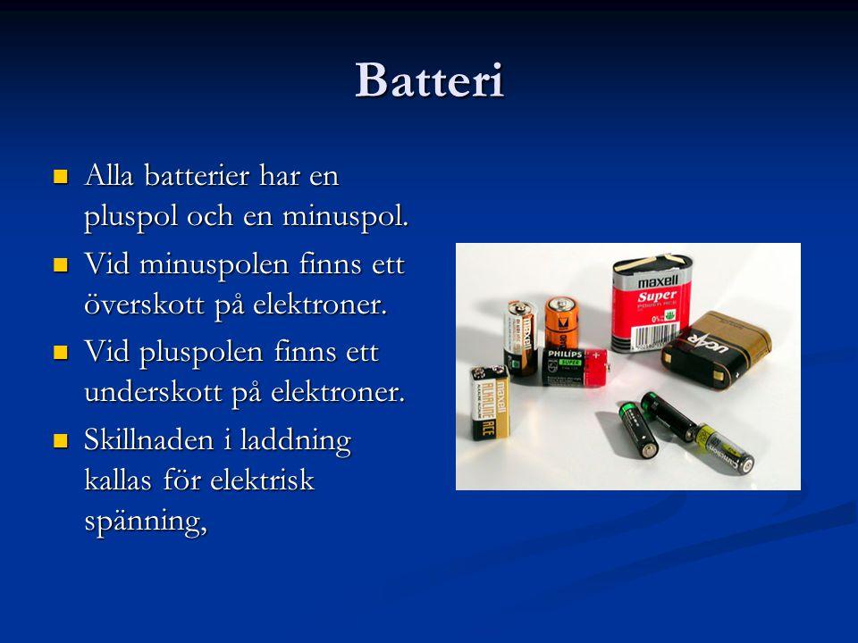 Batteri  Alla batterier har en pluspol och en minuspol.  Vid minuspolen finns ett överskott på elektroner.  Vid pluspolen finns ett underskott på e