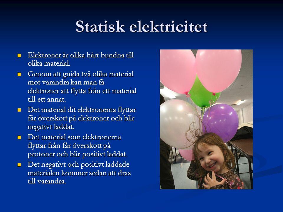 Statisk elektricitet  Elektroner är olika hårt bundna till olika material.  Genom att gnida två olika material mot varandra kan man få elektroner at