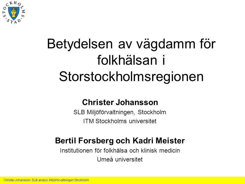 Christer Johansson, SLB-analys, Miljöförvaltningen Stockholm Slutsatser från konferensen om vägdamm, okt 2010 •Toxikologiska studier –mineralsammansättning i beläggningen och ytreaktiviteten hos stenmineralerna –endotoxin (från jordbakterier) • Effekter av korttidsexponering på sjuklighet hos befolkningen –I Stockholm finns observerade effekter på luftvägssjukdomar –Effekter på både luftvägs- och hjärtkärlsjukdom har noterats i studier i andra länder • Effekter av korttidsexponering på förtida dödlighet hos befolkningen –korttidsexponering för vägdamm (dagar) medför ökad förtida dödlighet (nytt 2011)* –Partiklar som transporteras med vindar från Sahara medför ökad dödlighet –Grova partiklar påverkar dödlighet torra områden i amerikanska studier • Effekter av långtidsexponering på förtida dödligheten –Studier i Stockholm visat att vägtrafikens utsläpp påverkar den förtida dödligheten, men det går ej avgöra vilka ämnen eller vilken partikelfraktion som detta beror på – vägdamm kan spela en roll för förtida dödlighet p g a långtidsexponering men detta har ej visats.