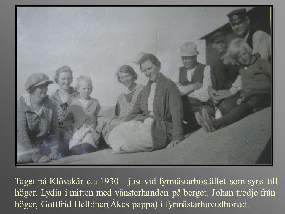 Taget på Klövskär c.a 1930 – just vid fyrmästarbostället som syns till höger. Lydia i mitten med vänsterhanden på berget. Johan tredje från höger, Got