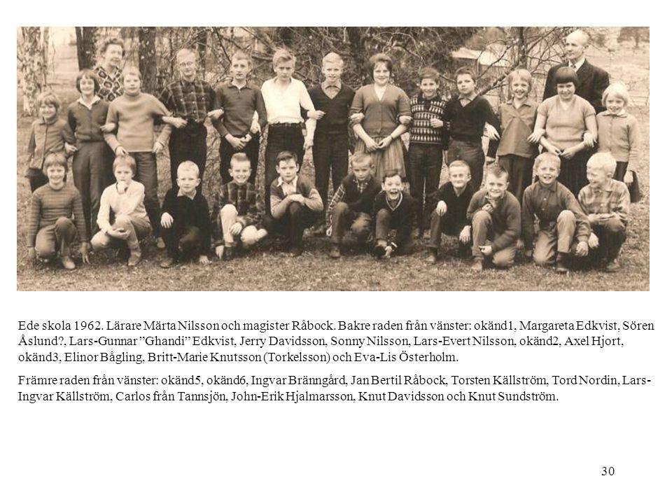 """30 Ede skola 1962. Lärare Märta Nilsson och magister Råbock. Bakre raden från vänster: okänd1, Margareta Edkvist, Sören Åslund?, Lars-Gunnar """"Ghandi"""""""