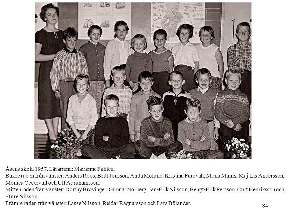 84 Åsens skola 1957. Lärarinna: Marianne Fahlén. Bakre raden från vänster: Anders Roos, Britt Jonsson, Anita Molund, Kristina Färdvall, Mona Mahrs, Ma