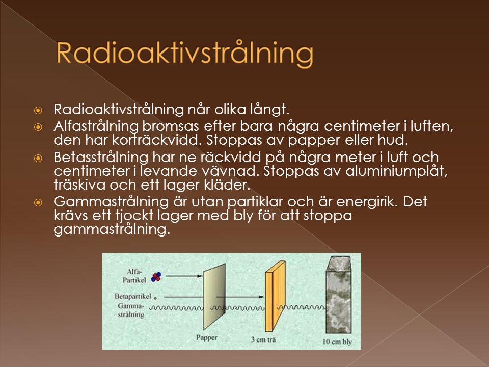  Radioaktivstrålning når olika långt.  Alfastrålning bromsas efter bara några centimeter i luften, den har korträckvidd. Stoppas av papper eller hud