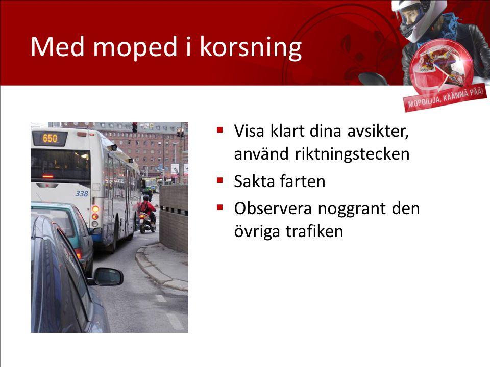 Med moped i korsning  Visa klart dina avsikter, använd riktningstecken  Sakta farten  Observera noggrant den övriga trafiken