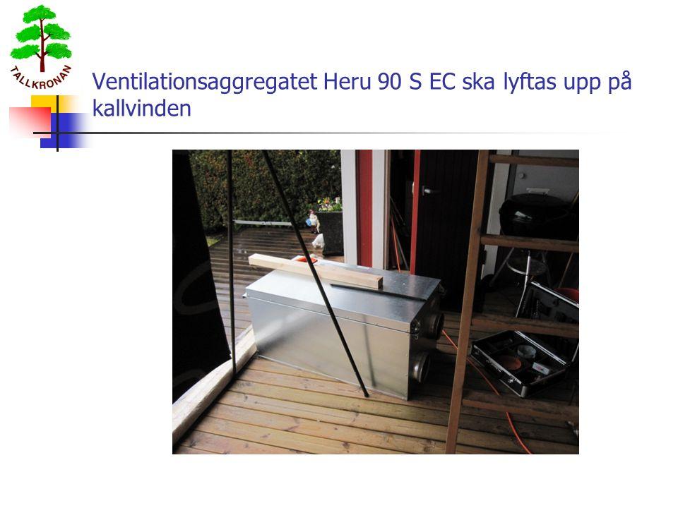 Ventilationsaggregatet Heru 90 S EC ska lyftas upp på kallvinden