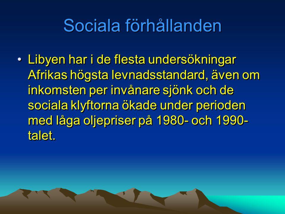 Sociala förhållanden •Libyen har i de flesta undersökningar Afrikas högsta levnadsstandard, även om inkomsten per invånare sjönk och de sociala klyfto