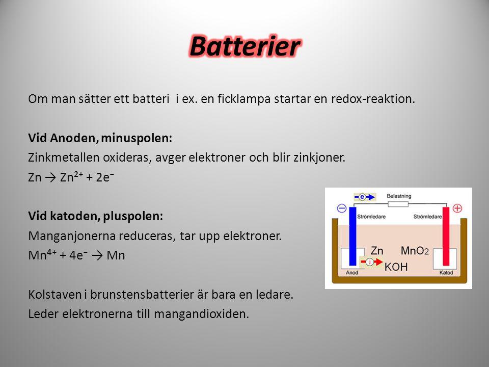 Om man sätter ett batteri i ex. en ficklampa startar en redox-reaktion. Vid Anoden, minuspolen: Zinkmetallen oxideras, avger elektroner och blir zinkj