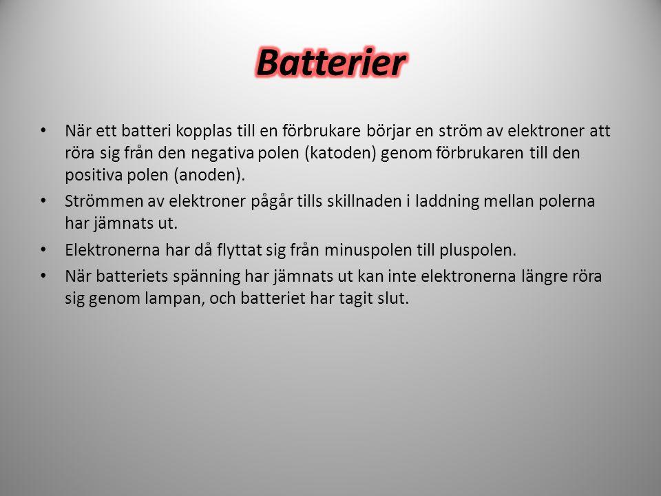 • När ett batteri kopplas till en förbrukare börjar en ström av elektroner att röra sig från den negativa polen (katoden) genom förbrukaren till den p