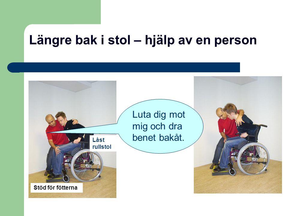 Längre bak i stol – hjälp av en person Stöd för fötterna Låst rullstol Luta dig mot mig och dra benet bakåt.