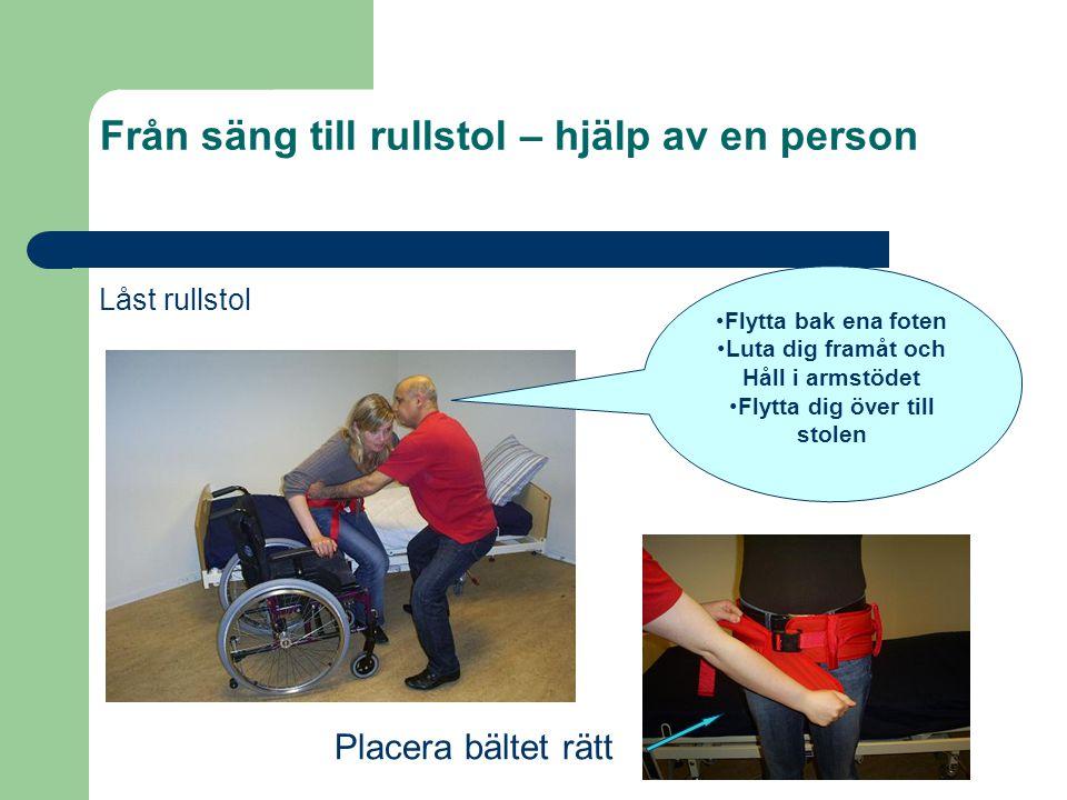 Från säng till rullstol – hjälp av en person Låst rullstol •Flytta bak ena foten •Luta dig framåt och Håll i armstödet •Flytta dig över till stolen Pl