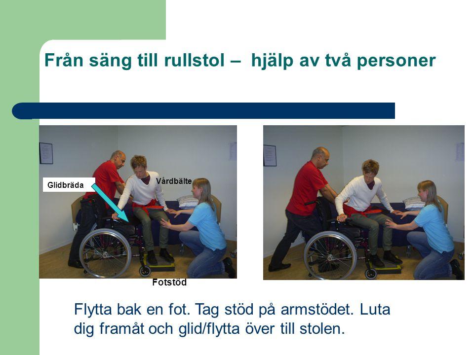 Från säng till rullstol – hjälp av två personer Flytta bak en fot. Tag stöd på armstödet. Luta dig framåt och glid/flytta över till stolen. Vårdbälte