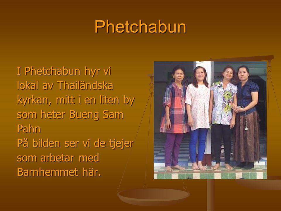 Phetchabun I Phetchabun hyr vi lokal av Thailändska kyrkan, mitt i en liten by som heter Bueng Sam Pahn På bilden ser vi de tjejer som arbetar med Bar