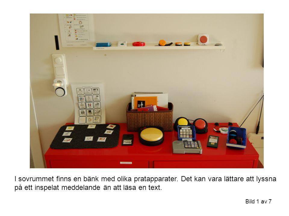 Bild 1 av 7 I sovrummet finns en bänk med olika pratapparater. Det kan vara lättare att lyssna på ett inspelat meddelande än att läsa en text.
