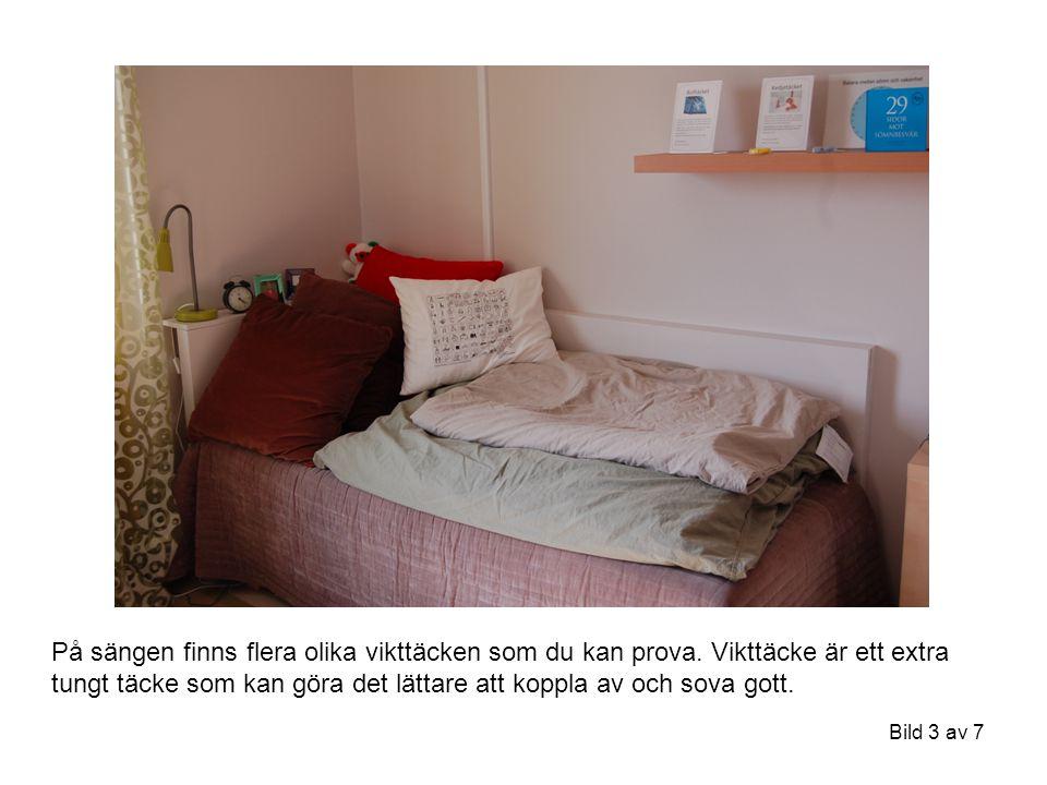 Bild 3 av 7 På sängen finns flera olika vikttäcken som du kan prova. Vikttäcke är ett extra tungt täcke som kan göra det lättare att koppla av och sov
