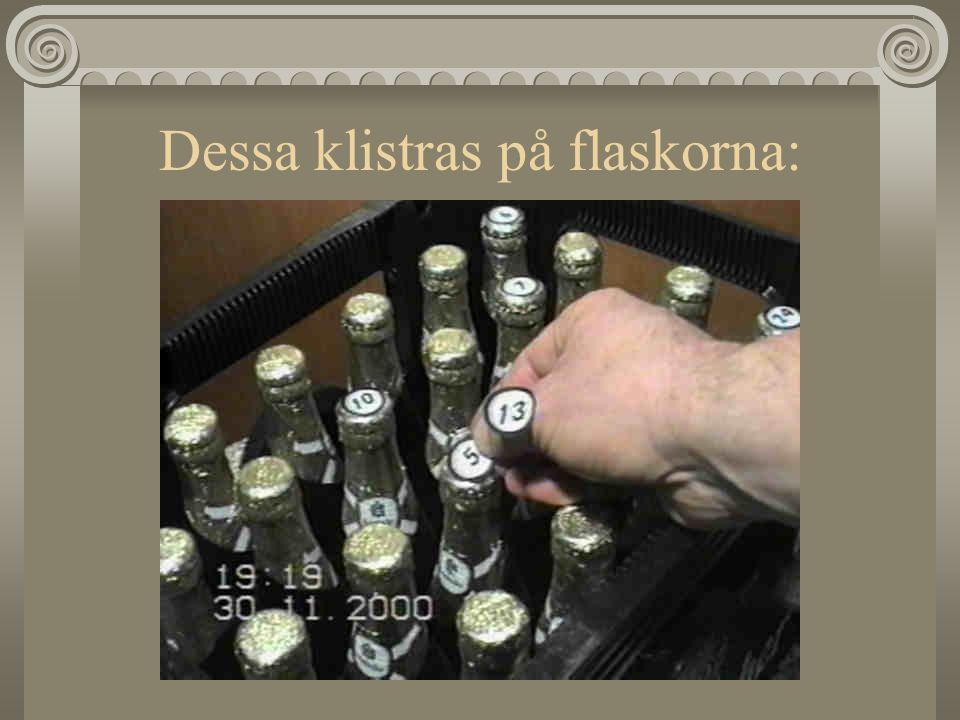Dessa klistras på flaskorna: