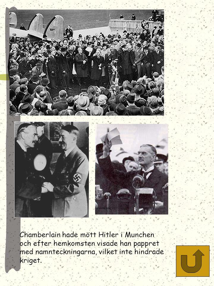 Molotov skriver under Ribbentroppakten, som delade Europa i en tysk och en rysk intressesfär. Ribbentrop och Stalin i bakgrunden.