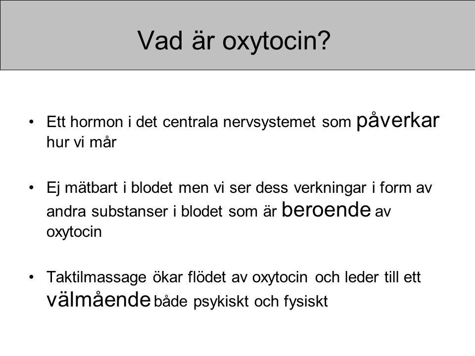 Vad är oxytocin? •Ett hormon i det centrala nervsystemet som påverkar hur vi mår •Ej mätbart i blodet men vi ser dess verkningar i form av andra subst