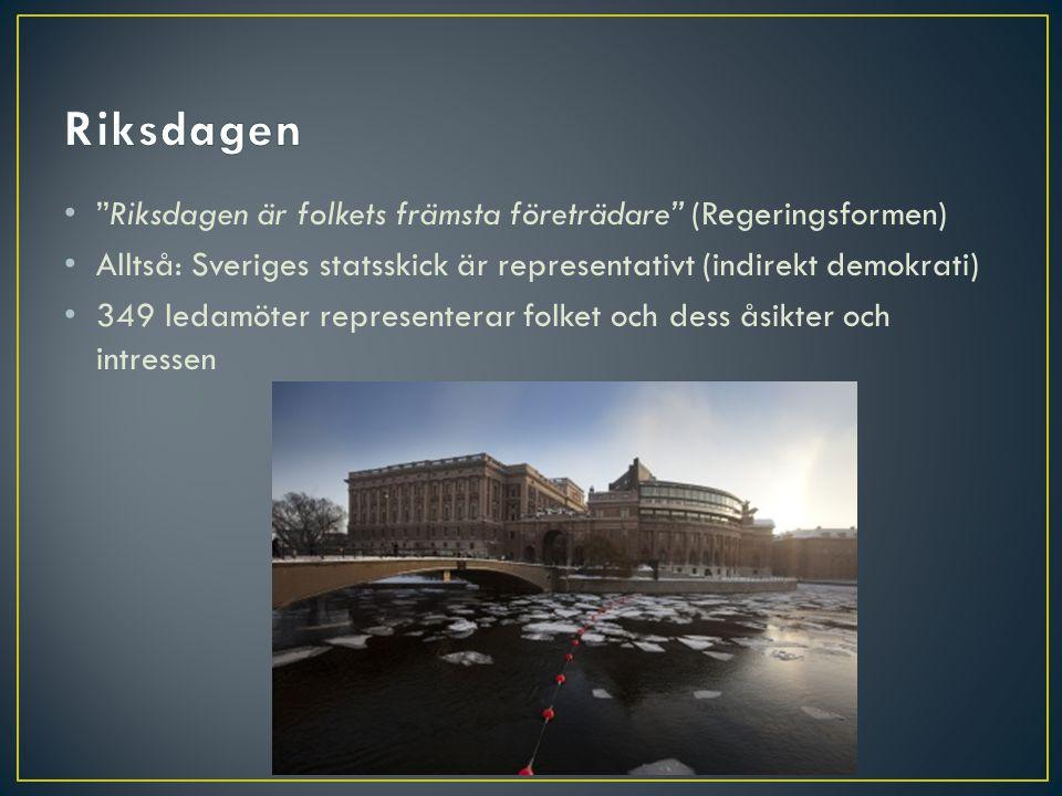 """• """"Riksdagen är folkets främsta företrädare"""" (Regeringsformen) • Alltså: Sveriges statsskick är representativt (indirekt demokrati) • 349 ledamöter re"""