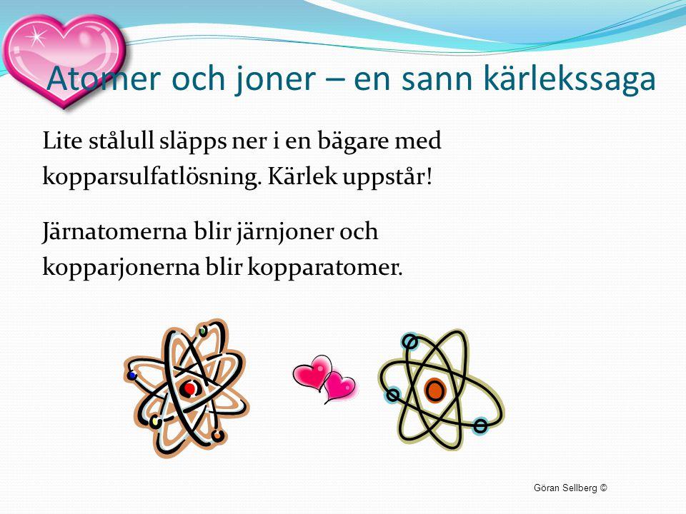 Atomer och joner – en sann kärlekssaga Lite stålull släpps ner i en bägare med kopparsulfatlösning. Kärlek uppstår! Järnatomerna blir järnjoner och ko