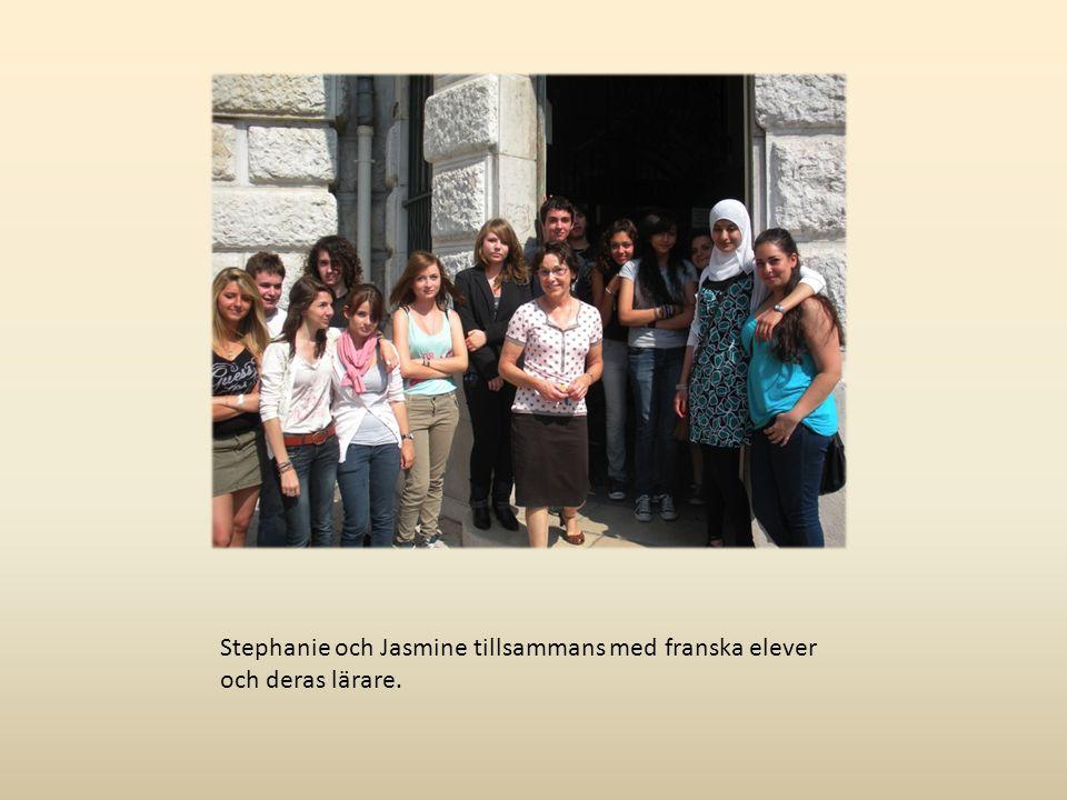 Stephanie och Jasmine tillsammans med franska elever och deras lärare.