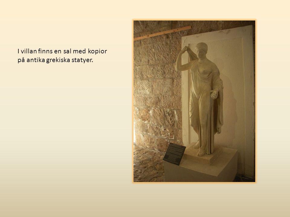 I villan finns en sal med kopior på antika grekiska statyer.