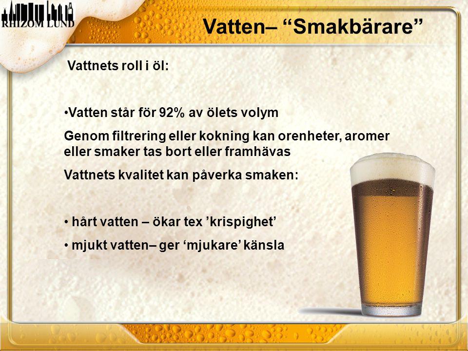 """Vatten– """"Smakbärare"""" Vattnets roll i öl: •Vatten står för 92% av ölets volym Genom filtrering eller kokning kan orenheter, aromer eller smaker tas bor"""