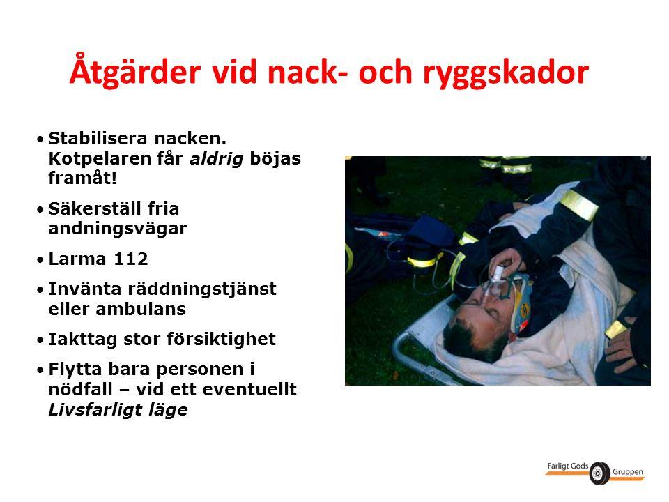 Åtgärder vid nack- och ryggskador •Stabilisera nacken. Kotpelaren får aldrig böjas framåt! •Säkerställ fria andningsvägar •Larma 112 •Invänta räddning