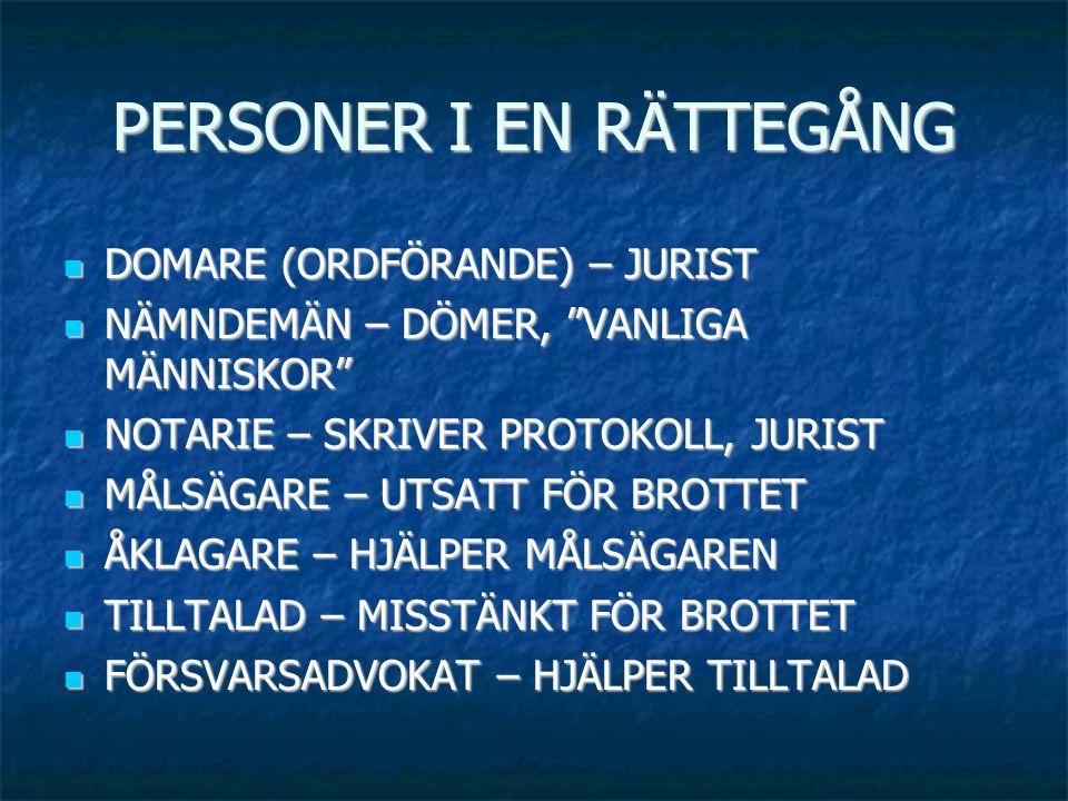 """PERSONER I EN RÄTTEGÅNG  DOMARE (ORDFÖRANDE) – JURIST  NÄMNDEMÄN – DÖMER, """"VANLIGA MÄNNISKOR""""  NOTARIE – SKRIVER PROTOKOLL, JURIST  MÅLSÄGARE – UT"""