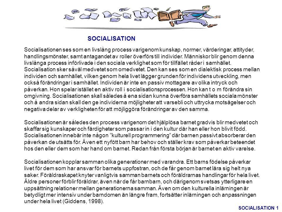 SOCIALISATION Socialisationen ses som en livslång process varigenom kunskap, normer, värderingar, attityder, handlingsmönster, samt antagandet av roll
