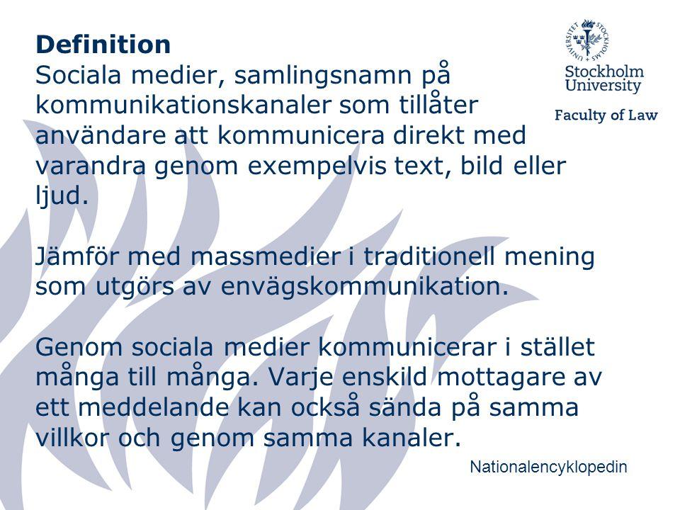 Definition Sociala medier, samlingsnamn på kommunikationskanaler som tillåter användare att kommunicera direkt med varandra genom exempelvis text, bild eller ljud.
