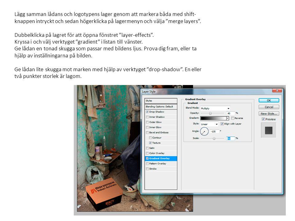 """Lägg samman lådans och logotypens lager genom att markera båda med shift- knappen intryckt och sedan högerklicka på lagermenyn och välja """"merge layers"""