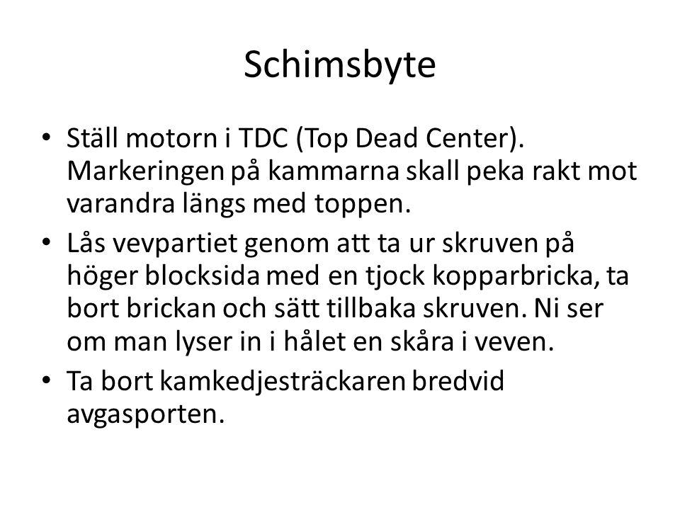 Schimsbyte • Ställ motorn i TDC (Top Dead Center). Markeringen på kammarna skall peka rakt mot varandra längs med toppen. • Lås vevpartiet genom att t