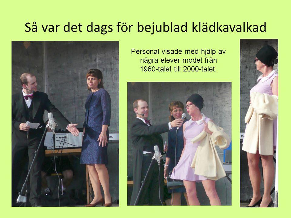 Så var det dags för bejublad klädkavalkad Personal visade med hjälp av några elever modet från 1960-talet till 2000-talet.