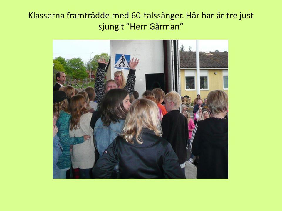 """Klasserna framträdde med 60-talssånger. Här har år tre just sjungit """"Herr Gårman"""""""