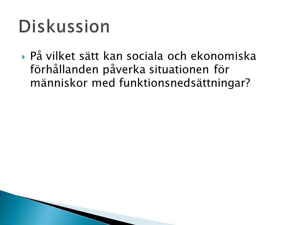  På vilket sätt kan sociala och ekonomiska förhållanden påverka situationen för människor med funktionsnedsättningar?