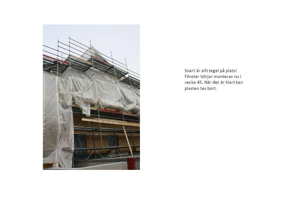 Snart är allt tegel på plats! Fönster börjar monteras nu i vecka 45. När det är klart kan plasten tas bort.