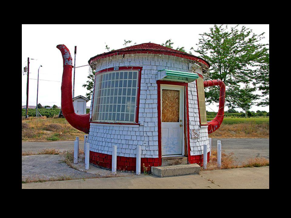 -ser ut som en tekanna och inte som ett hus -har dekorativa delar = ornament - formen följer vare sig konstruktion eller funktion - okänd arkitekt + materialen imiterar inte andra material