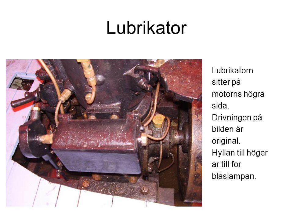 Lubrikator Lubrikatorn sitter på motorns högra sida.