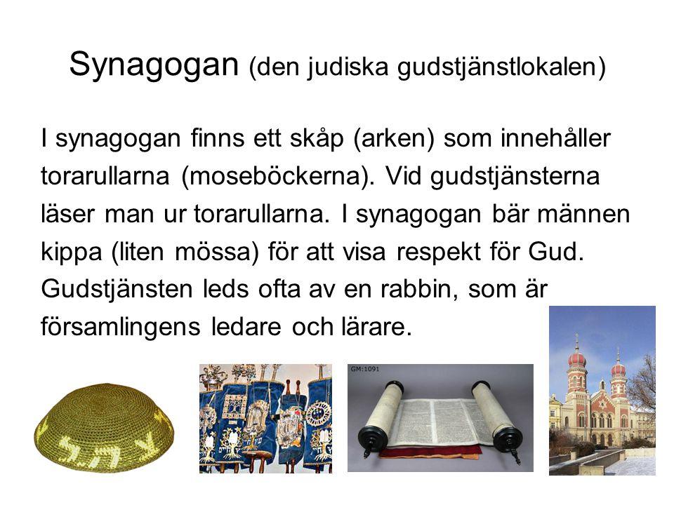 Synagogan (den judiska gudstjänstlokalen) I synagogan finns ett skåp (arken) som innehåller torarullarna (moseböckerna). Vid gudstjänsterna läser man